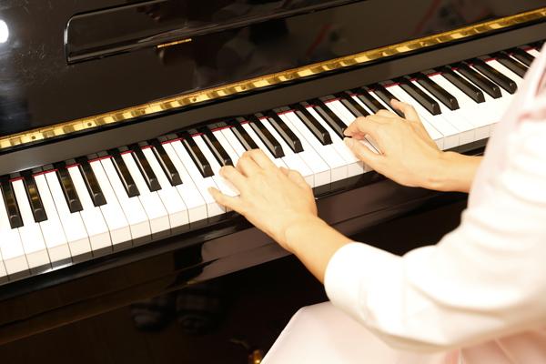 東和楽器では、ピアノの出張調律も行っております。